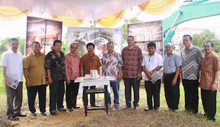 From left to right: Mr. Saly Listiyadhi (Commissioner PT Bangun Mega Lestari), Mr. Hendry Lie (President Commissioner PT Bangun Mega Lestari), Mr. Hongky Listiyadhi (President Director PT Bangun Mega Lestar), Mr. Emmanuel Guillard (Swiss-Belhotel International Senior Vice President - Operations and Development - Indonesia, Malaysia, Vietnam and Philippines) fifth from right, and partners.